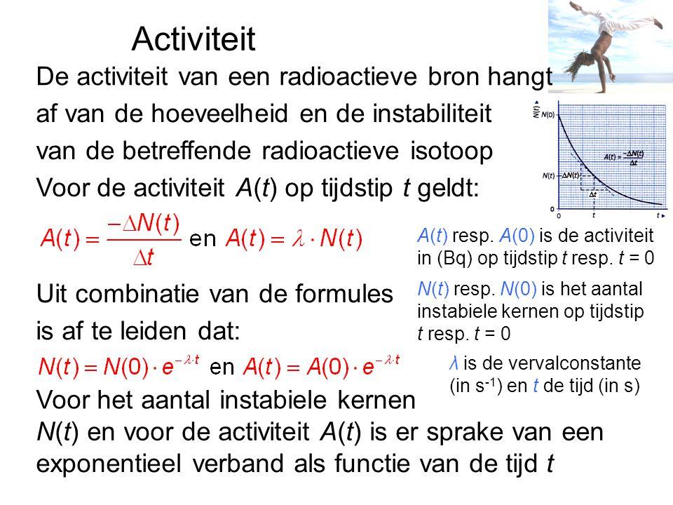 Halveringstijd Radioactief verval is een toevalsproces Bij een groot aantal kernen is er duidelijke regelmaat In de halveringstijd of halfwaardetijd t 1/2 wordt het aantal instabiele kernen of de activiteit gehalveerd Voor het aantal instabiele kernen N(t) op tijdstip t geldt: Voor de activiteit A(t) is de formule: terwijl N(t) resp.