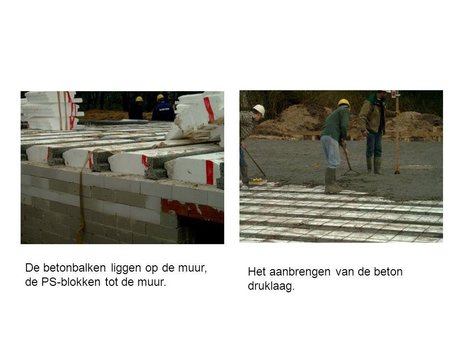 De betonbalken liggen op de muur, de PS-blokken tot de muur. Het aanbrengen van de beton druklaag.