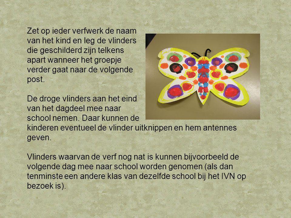 Zet op ieder verfwerk de naam van het kind en leg de vlinders die geschilderd zijn telkens apart wanneer het groepje verder gaat naar de volgende post.