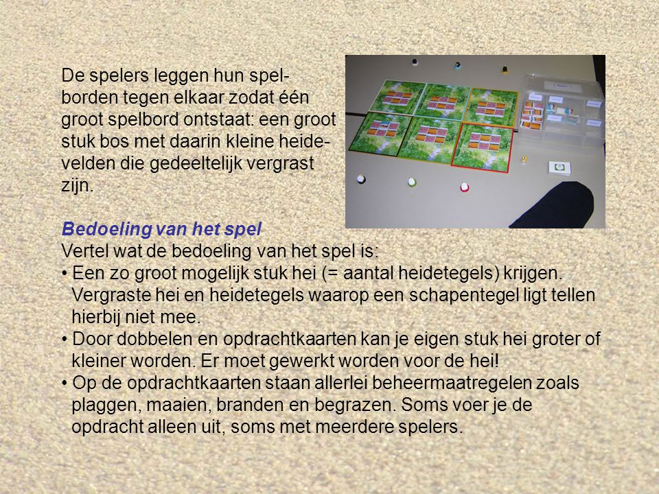 De spelers leggen hun spel- borden tegen elkaar zodat één groot spelbord ontstaat: een groot stuk bos met daarin kleine heide- velden die gedeeltelijk