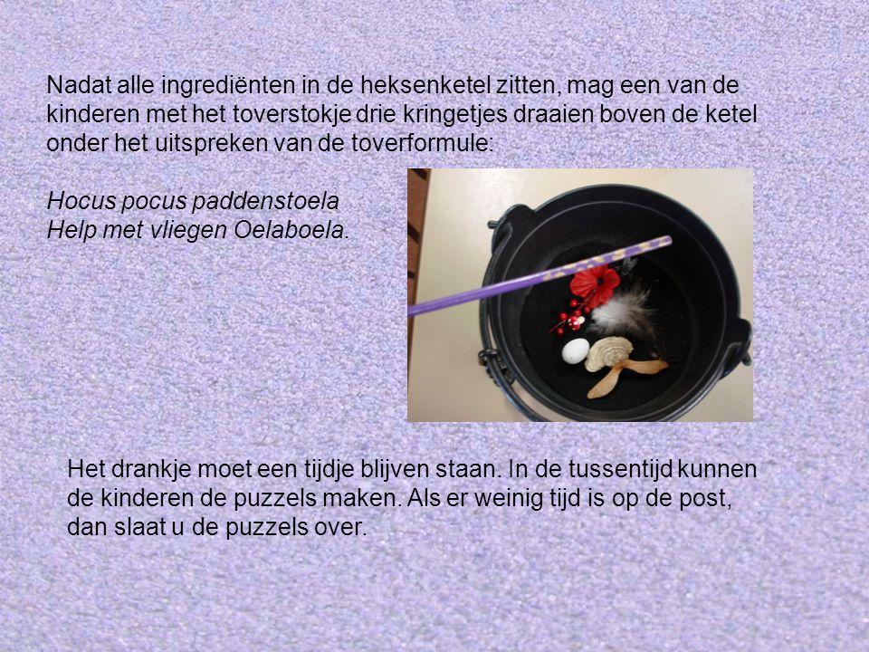 Nadat alle ingrediënten in de heksenketel zitten, mag een van de kinderen met het toverstokje drie kringetjes draaien boven de ketel onder het uitspreken van de toverformule: Hocus pocus paddenstoela Help met vliegen Oelaboela.