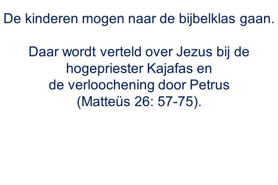 De kinderen mogen naar de bijbelklas gaan. Daar wordt verteld over Jezus bij de hogepriester Kajafas en de verloochening door Petrus (Matteüs 26: 57-7