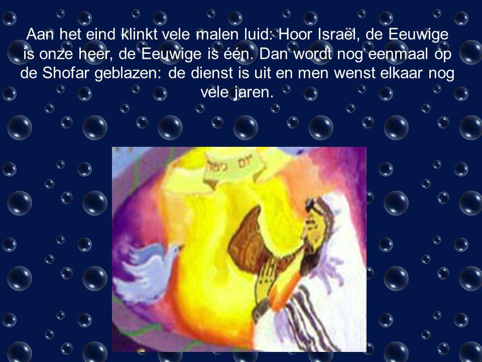 De dienst begint met het zingen van een plechtige verklaring op een eeuwenoude melodie: Kol Nidrei wat betekent alle geloften.