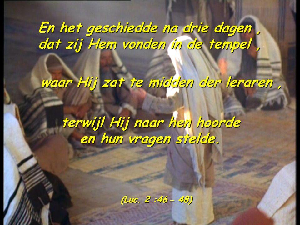 En het geschiedde na drie dagen, dat zij Hem vonden in de tempel, waar Hij zat te midden der leraren, terwijl Hij naar hen hoorde en hun vragen stelde.