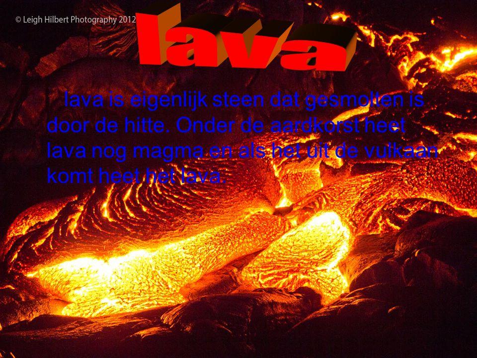 er kwam eerst een aslaag over de stad heen en daar stikte de mensen in en gingen dood toen kwam er lava overheen maar de mensen bleven liggen zoals ze