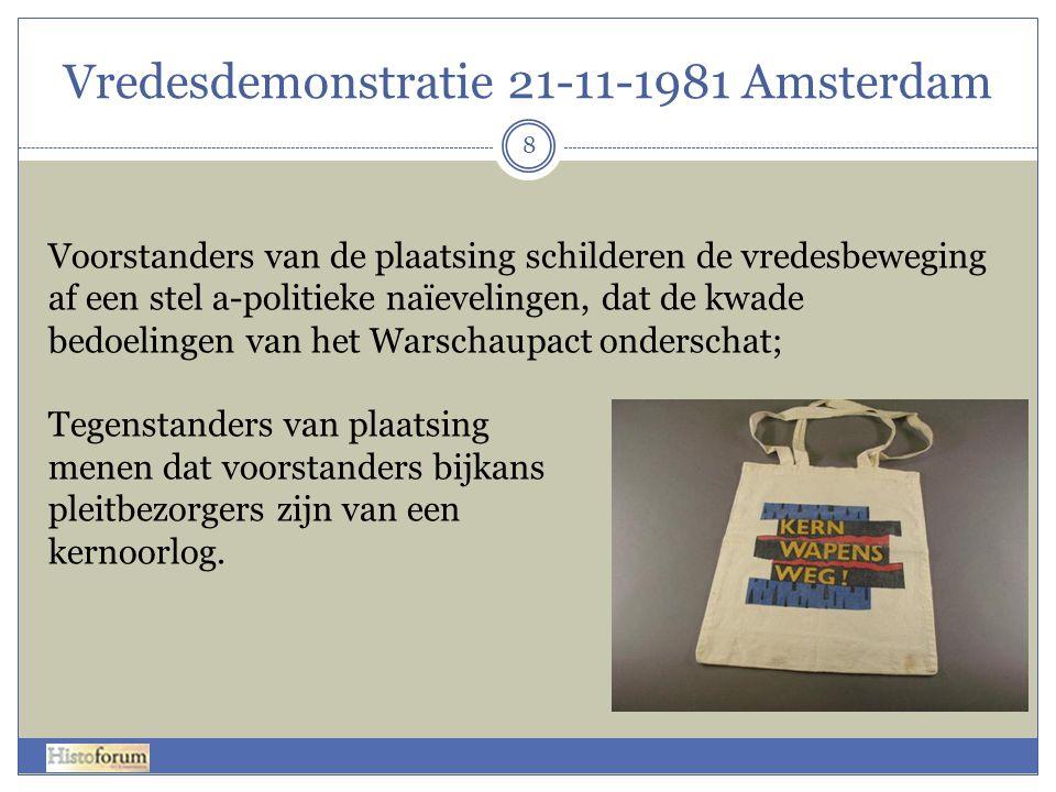 Vredesdemonstratie 21-11-1981 Amsterdam 8 Voorstanders van de plaatsing schilderen de vredesbeweging af een stel a-politieke naïevelingen, dat de kwad