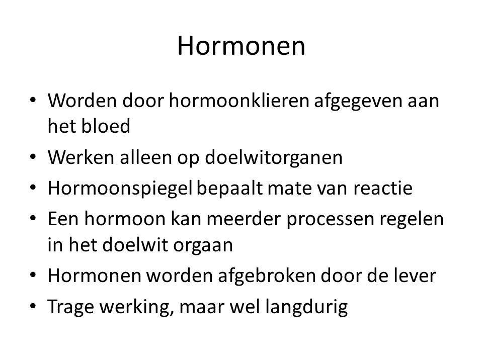 Hormonen Worden door hormoonklieren afgegeven aan het bloed Werken alleen op doelwitorganen Hormoonspiegel bepaalt mate van reactie Een hormoon kan me