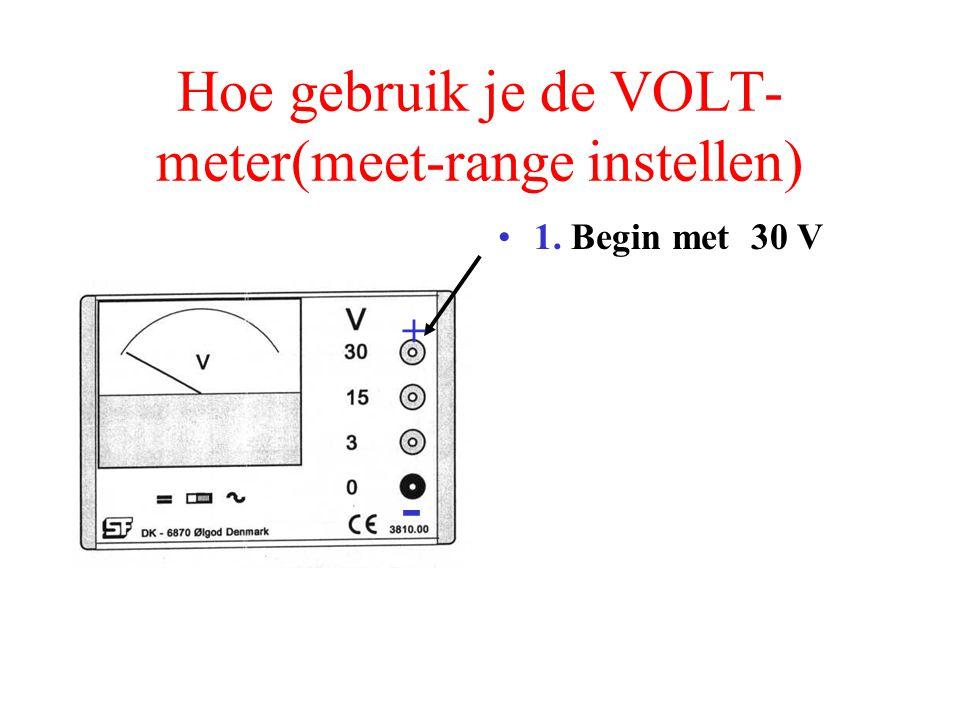 Hoe gebruik je de VOLT- meter(meet-range instellen) Steek de – pool in de 0 Volt - +