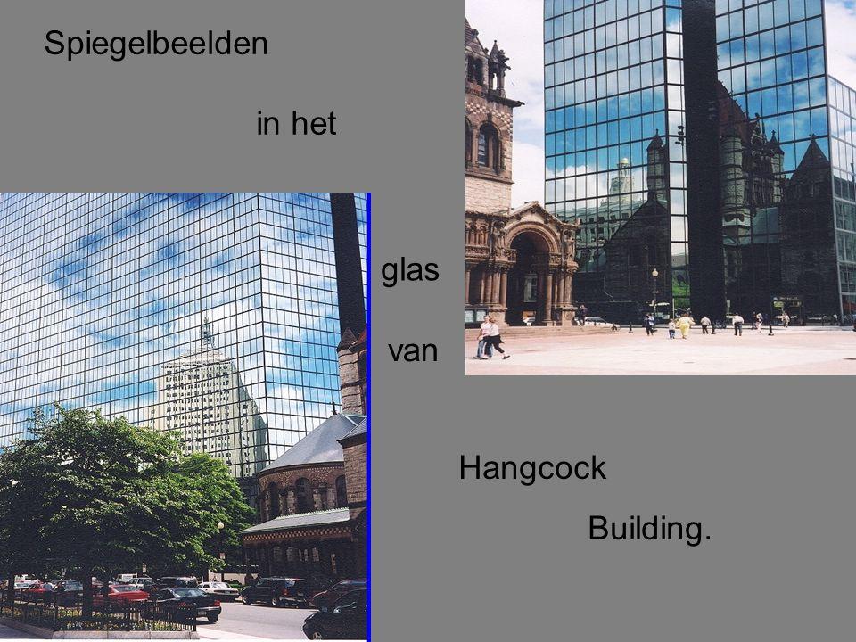 Spiegelbeelden in het glas van Hangcock Building.