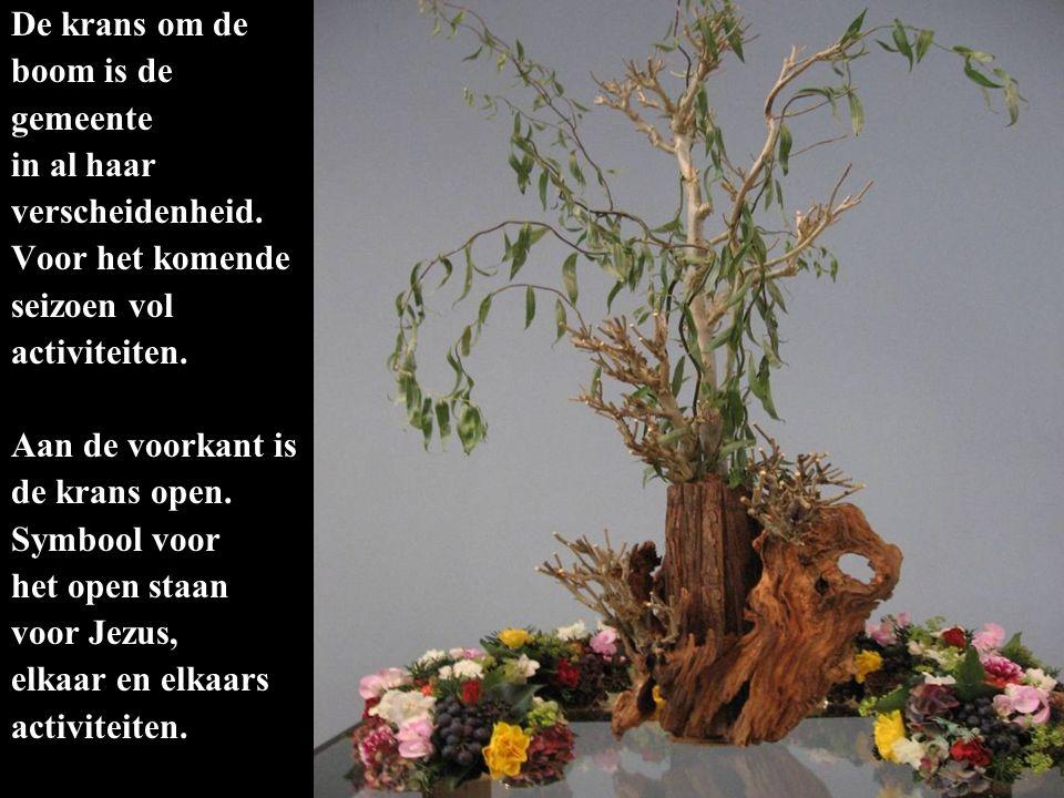 De krans om de boom is de gemeente in al haar verscheidenheid. Voor het komende seizoen vol activiteiten. Aan de voorkant is de krans open. Symbool vo