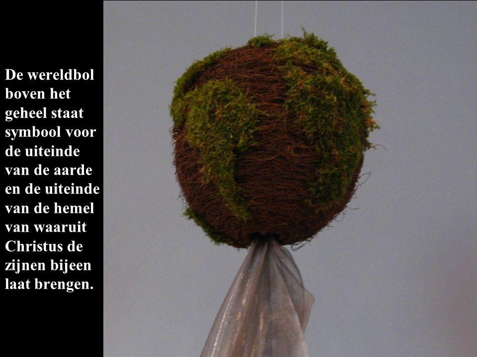 De wereldbol boven het geheel staat symbool voor de uiteinde van de aarde en de uiteinde van de hemel van waaruit Christus de zijnen bijeen laat brengen.