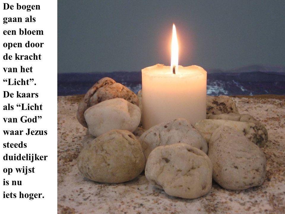 """De bogen gaan als een bloem open door de kracht van het """"Licht"""". De kaars als """"Licht van God"""" waar Jezus steeds duidelijker op wijst is nu iets hoger."""