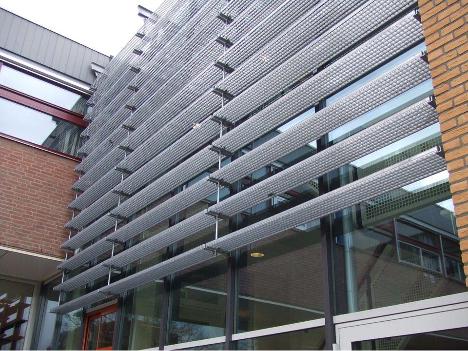 De nieuwbouw heeft permanente zonwering in de vorm van horizontale metalen roosters Zie foto (Schoonmaken van de ruiten gebeurt met hogedrukspuiten)