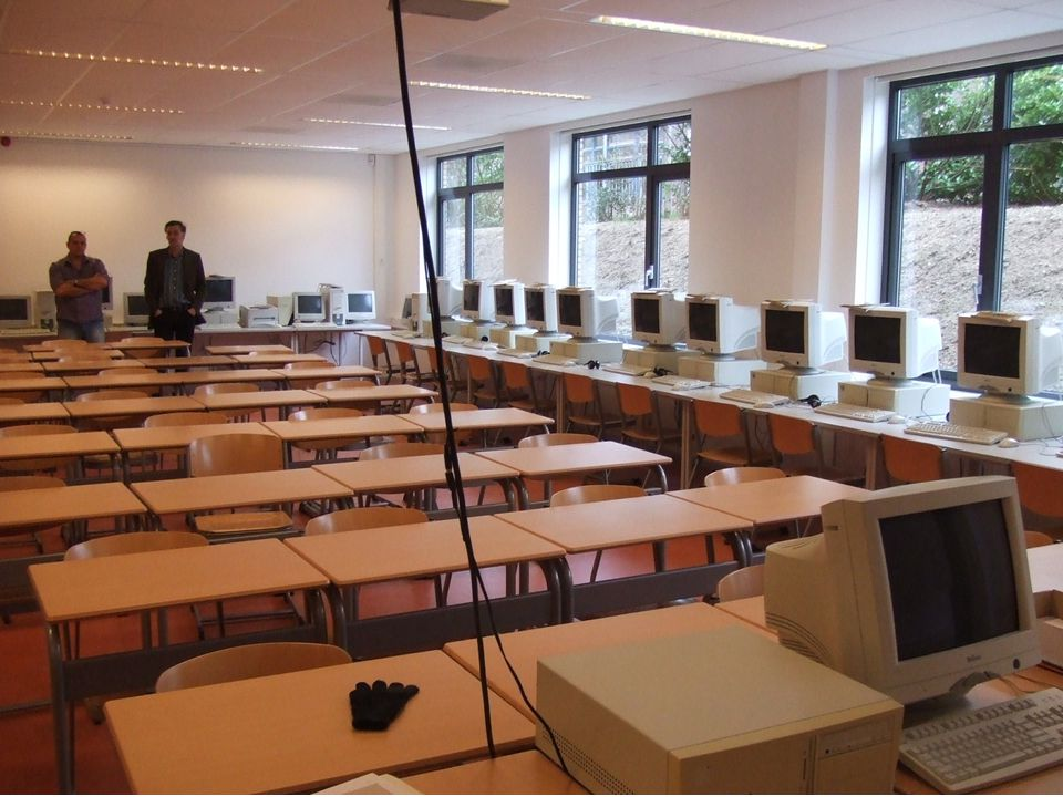 collegezaal Men heeft één collegezaal die in toenemende mate gebruikt wordt. 36 zitplaatsen aan de tafels en daarnaast nog 30 computers met zitplaatse