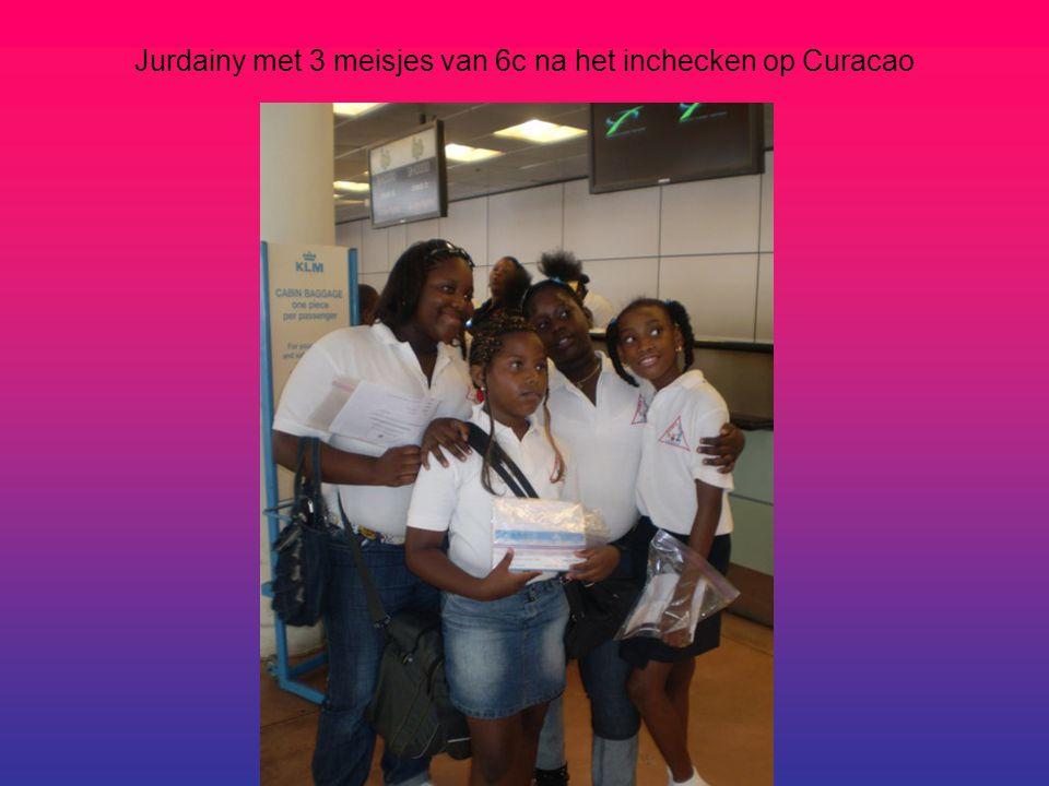 Jurdainy met 3 meisjes van 6c na het inchecken op Curacao