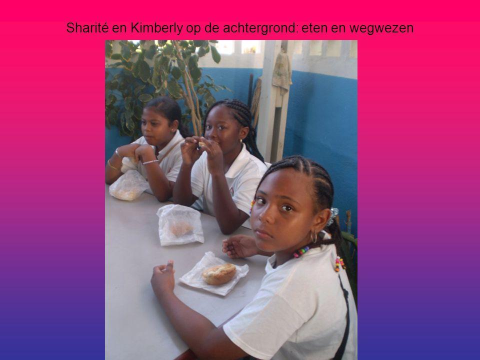 Sharité en Kimberly op de achtergrond: eten en wegwezen