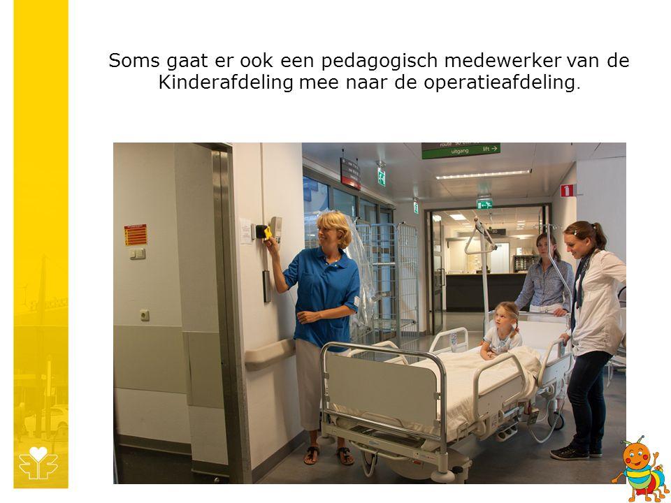 Soms gaat er ook een pedagogisch medewerker van de Kinderafdeling mee naar de operatieafdeling.
