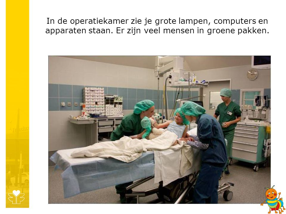 In de operatiekamer zie je grote lampen, computers en apparaten staan.