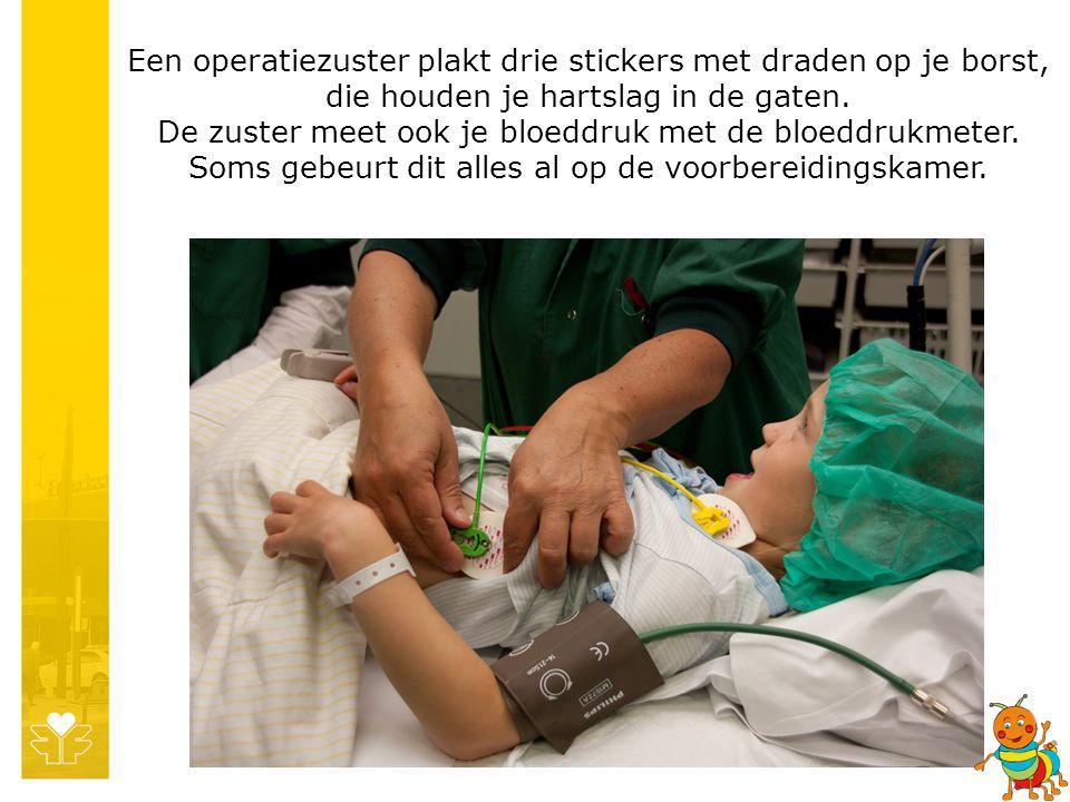 Een operatiezuster plakt drie stickers met draden op je borst, die houden je hartslag in de gaten.