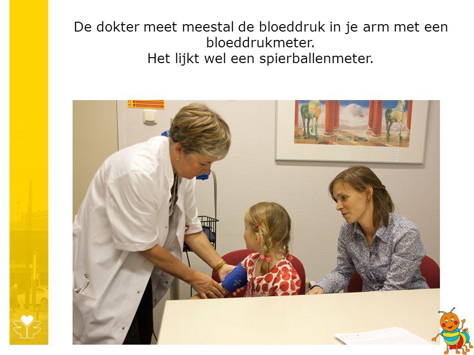 De dokter meet meestal de bloeddruk in je arm met een bloeddrukmeter.