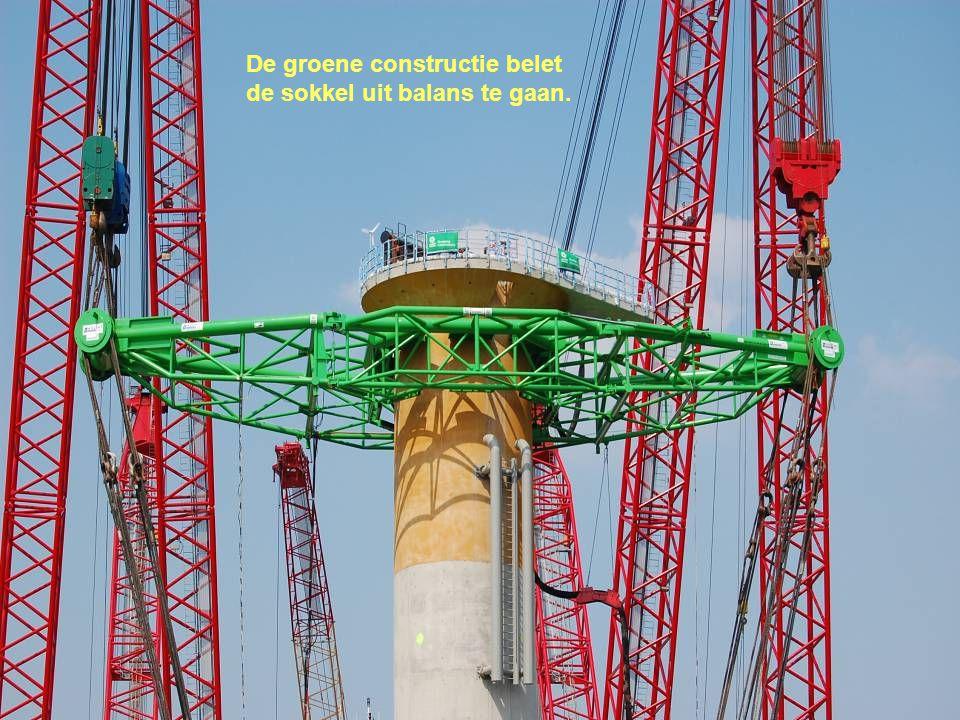 De groene constructie belet de sokkel uit balans te gaan.