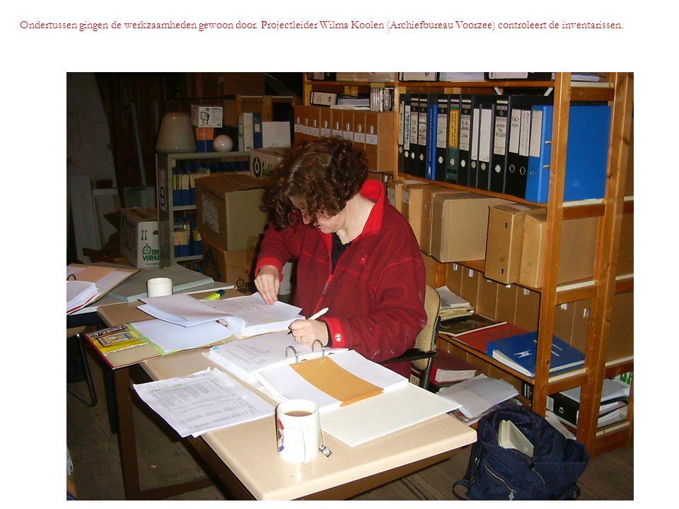 Ondertussen gingen de werkzaamheden gewoon door. Projectleider Wilma Koolen (Archiefbureau Voorzee) controleert de inventarissen.