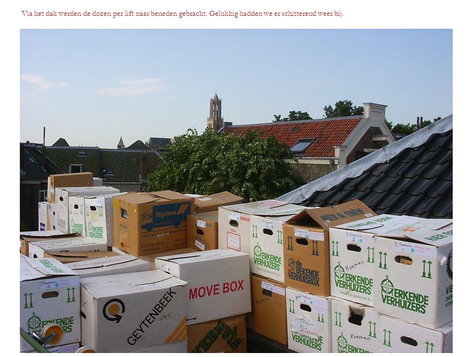 Via het dak werden de dozen per lift naar beneden gebracht. Gelukkig hadden we er schitterend weer bij.