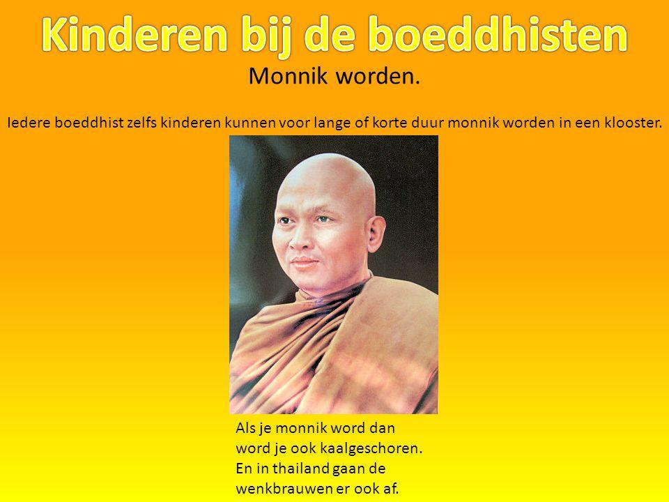 Monnik worden. Iedere boeddhist zelfs kinderen kunnen voor lange of korte duur monnik worden in een klooster. Als je monnik word dan word je ook kaalg
