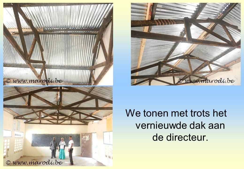 We tonen met trots het vernieuwde dak aan de directeur. © www.marodi.be