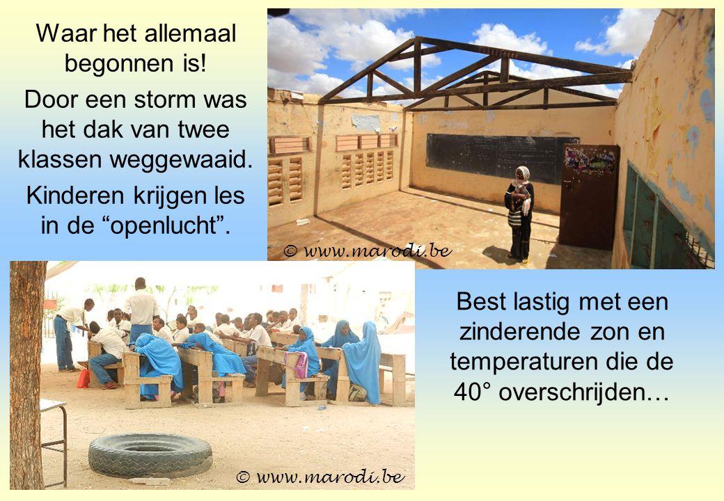 """Waar het allemaal begonnen is! Door een storm was het dak van twee klassen weggewaaid. Kinderen krijgen les in de """"openlucht"""". © www.marodi.be Best la"""