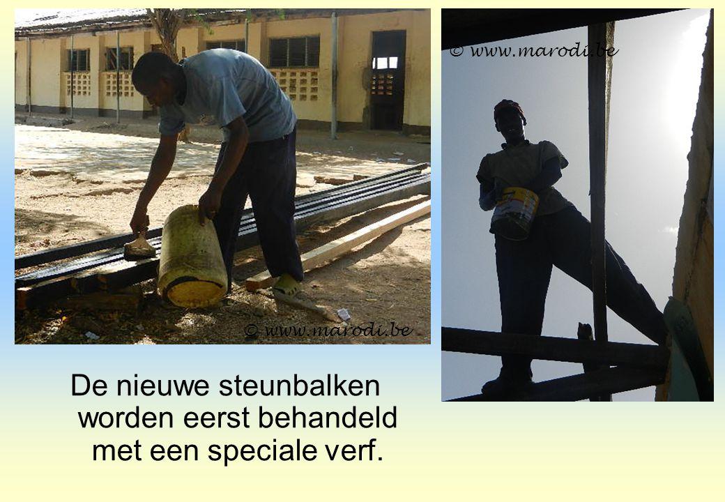 De nieuwe steunbalken worden eerst behandeld met een speciale verf. © www.marodi.be