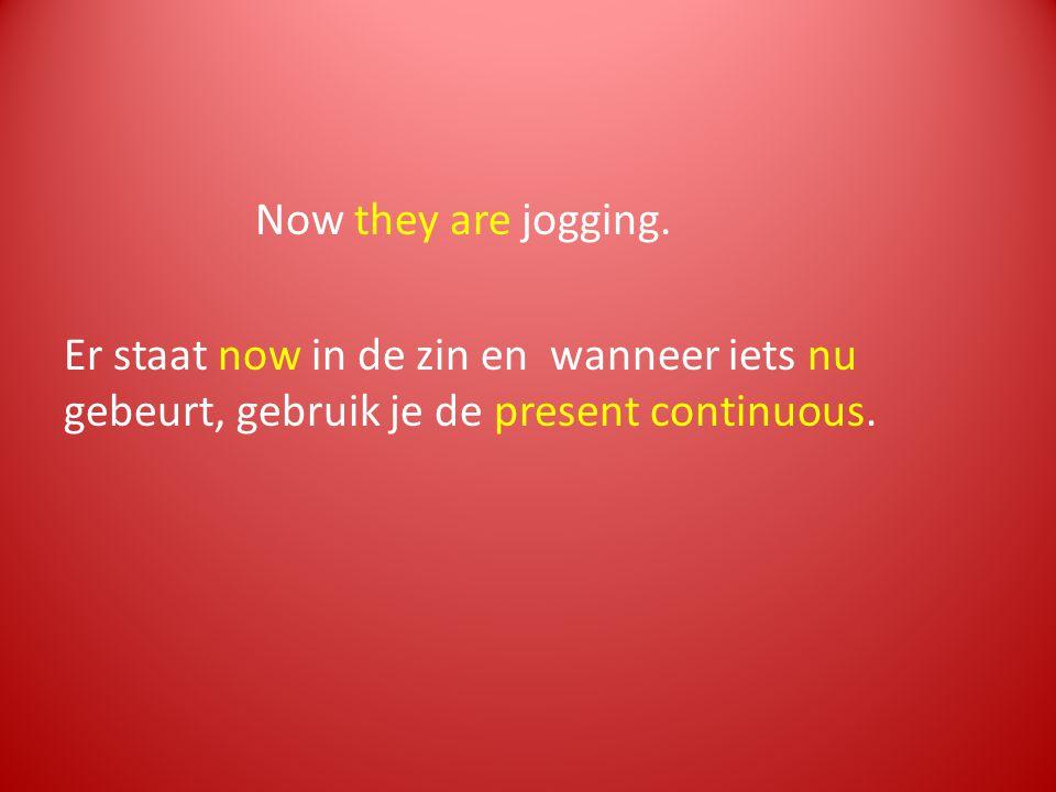 Now they are jogging. Er staat now in de zin en wanneer iets nu gebeurt, gebruik je de present continuous.