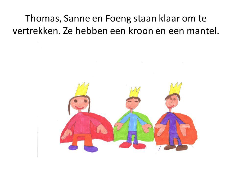 Thomas, Sanne en Foeng staan klaar om te vertrekken. Ze hebben een kroon en een mantel.