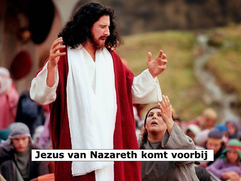 Jezus van Nazareth komt voorbij