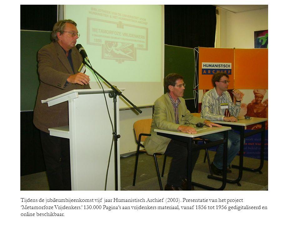 Tijdens de jubileumbijeenkomst vijf jaar Humanistisch Archief (2003). Presentatie van het project 'Metamorfoze Vrijdenkers.' 130.000 Pagina's aan vrij