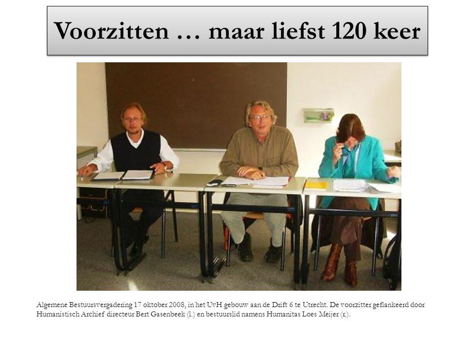 Voorzitten … maar liefst 120 keer Algemene Bestuursvergadering 17 oktober 2008, in het UvH gebouw aan de Drift 6 te Utrecht. De voorzitter geflankeerd
