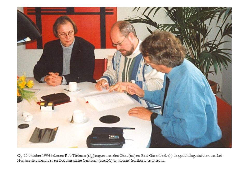 Op 25 oktober 1996 tekenen Rob Tielman (r.), Jacques van den Oort (m.) en Bert Gasenbeek (l.) de oprichtingsstatuten van het Humanistisch Archief en D