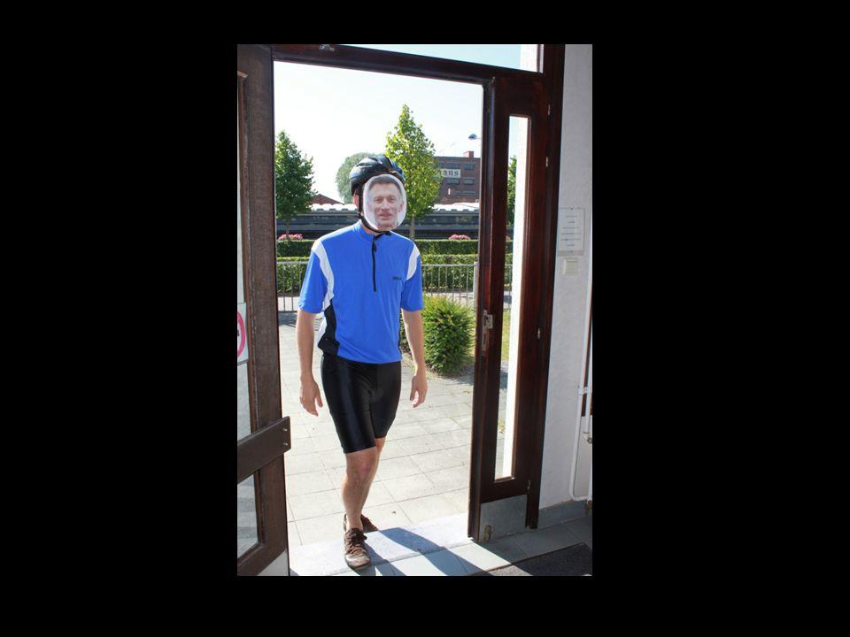 Vol overgave vertelt hij aan de collega's over zijn fietstocht in Alpe D'Huez 2009….
