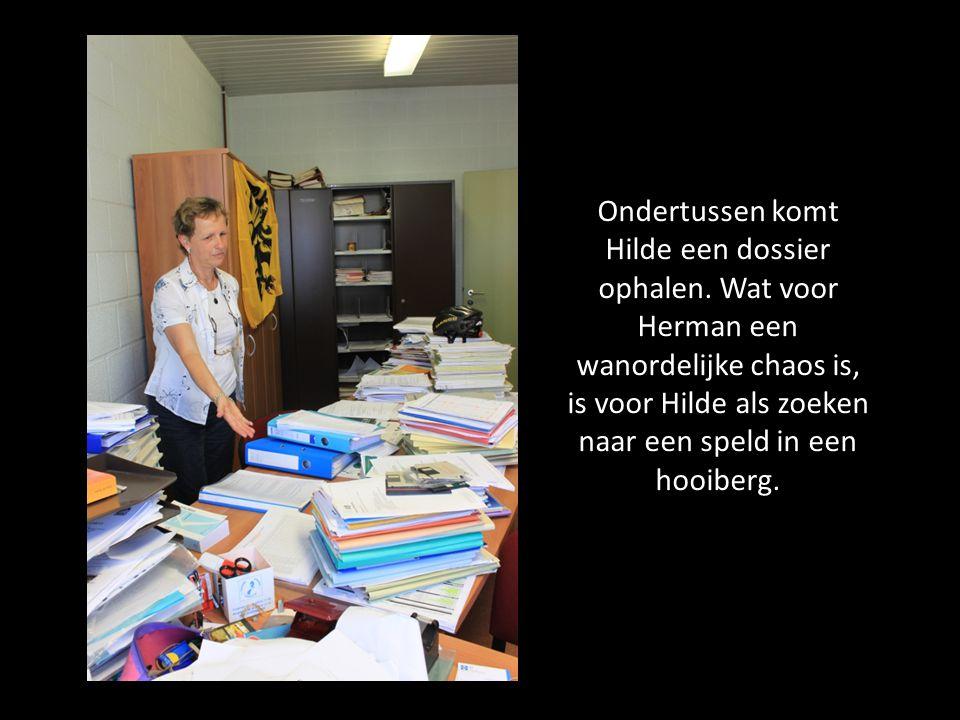 Ondertussen komt Hilde een dossier ophalen. Wat voor Herman een wanordelijke chaos is, is voor Hilde als zoeken naar een speld in een hooiberg.