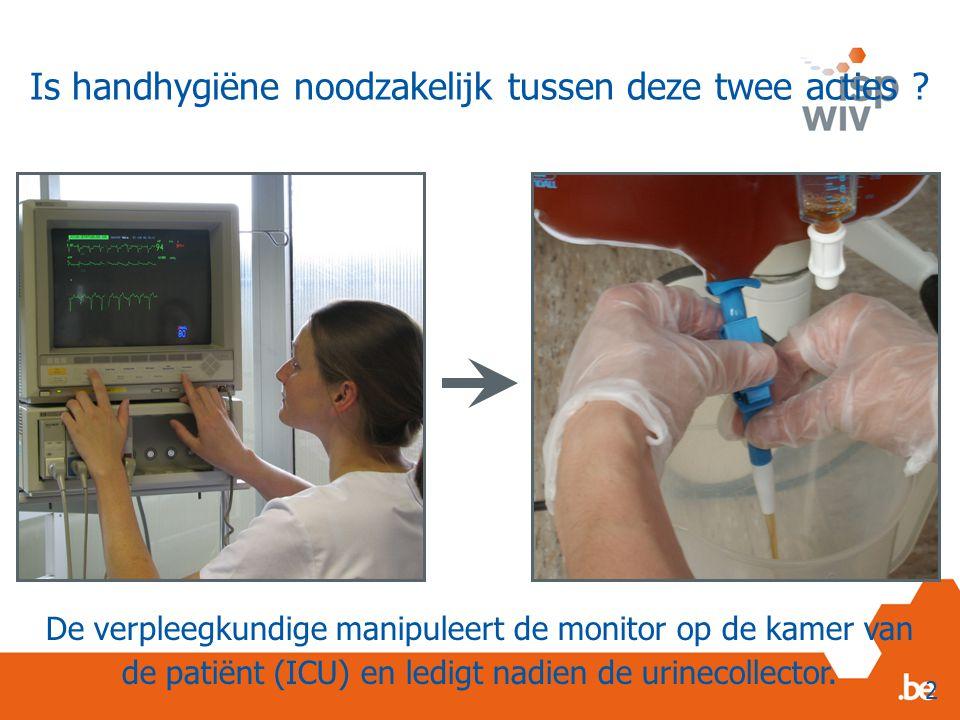 De verpleegkundige manipuleert de monitor op de kamer van de patiënt (ICU) en ledigt nadien de urinecollector.