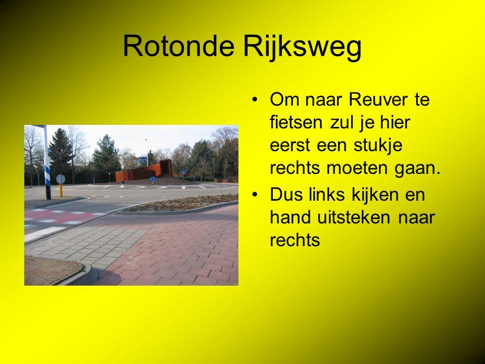 Rotonde Rijksweg Om naar Reuver te fietsen zul je hier eerst een stukje rechts moeten gaan.
