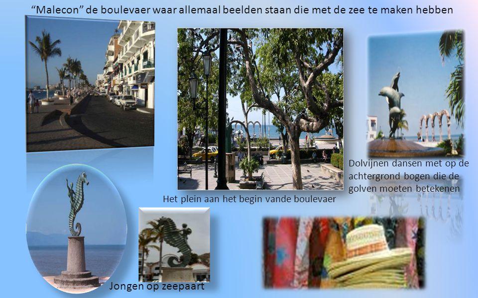 Malecon de boulevaer waar allemaal beelden staan die met de zee te maken hebben Jongen op zeepaart Dolvijnen dansen met op de achtergrond bogen die de golven moeten betekenen Het plein aan het begin vande boulevaer