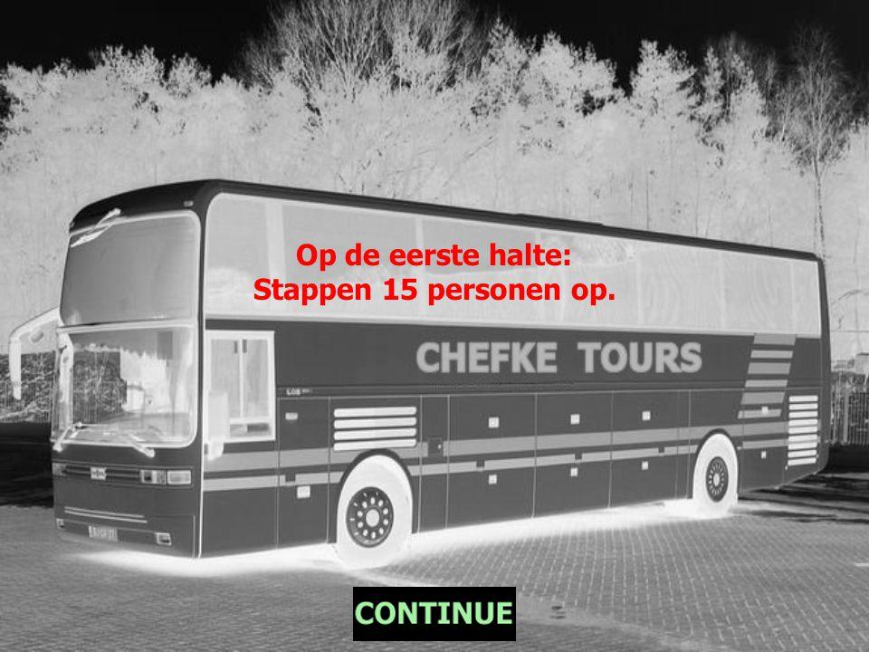 Een bus vertrekt leeg voor zijn ronde door de stad.