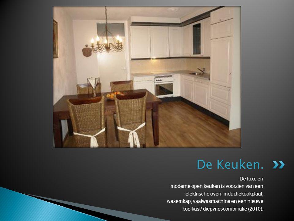 De luxe en moderne open keuken is voorzien van een elektrische oven, inductiekookplaat, wasemkap, vaatwasmachine en een nieuwe koelkast/ diepvriescomb