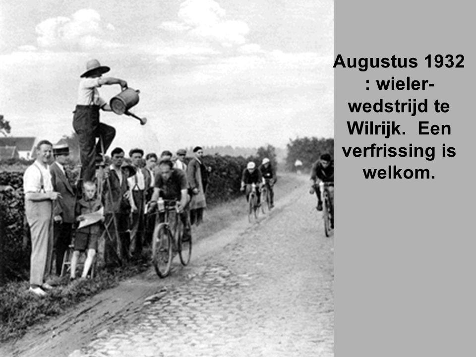 Augustus 1932 : wieler- wedstrijd te Wilrijk. Een verfrissing is welkom.