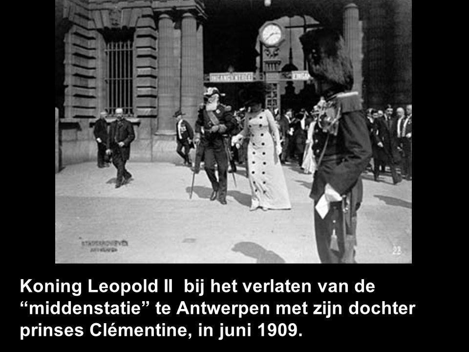 Koning Leopold II bij het verlaten van de middenstatie te Antwerpen met zijn dochter prinses Clémentine, in juni 1909.