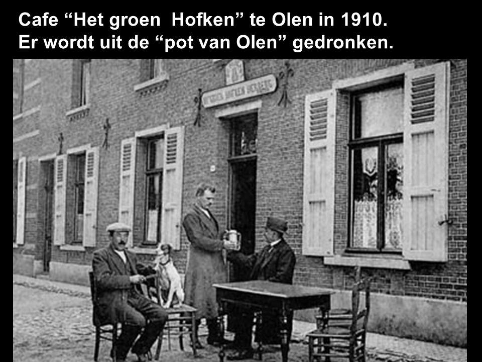 Cafe Het groen Hofken te Olen in 1910. Er wordt uit de pot van Olen gedronken.