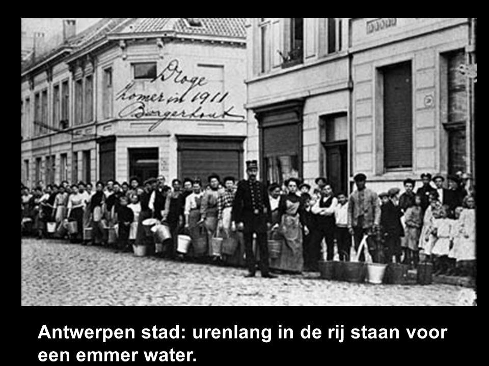 Antwerpen stad: urenlang in de rij staan voor een emmer water.