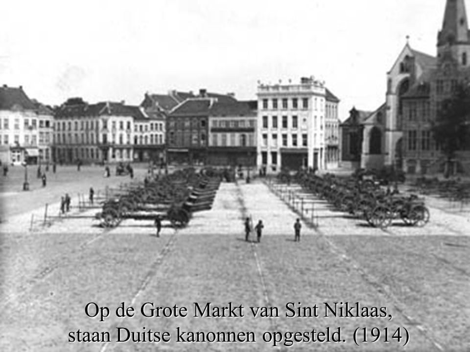 Op de Grote Markt van Sint Niklaas, staan Duitse kanonnen opgesteld. (1914)
