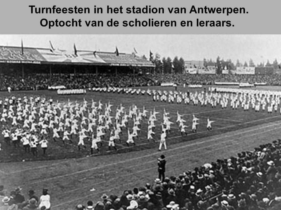 Turnfeesten in het stadion van Antwerpen. Optocht van de scholieren en leraars.